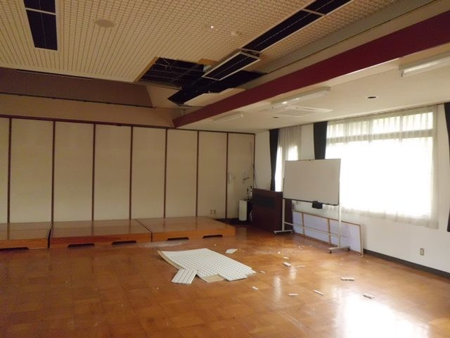 天井損壊(長久まちづくりセンター・H30.4.9撮影)