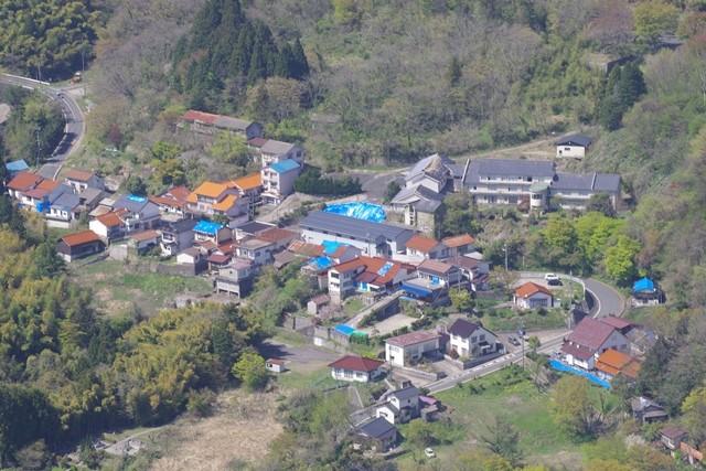 ブルーシートのかかった屋根等(三瓶町志学上町地区・H30.4.18撮影)