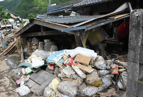 この大雨で、武儀・上之保地域は全住民が避難指示を受け、800棟近い家屋が浸水被害を受けております。また、生活道路に川の泥やごみが散乱し、住民の暮らしがままならない状況が続いております。(平成30年7月10日現在)