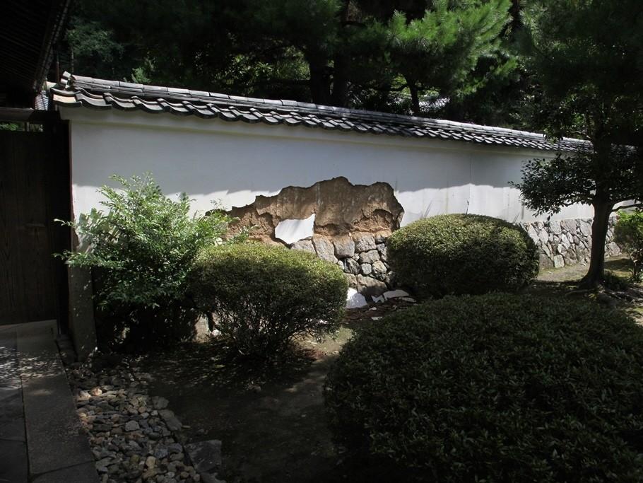 京都府には、多くの文化財がありますが、6月に発生した大阪府北部の地震による被害に加え、今回の豪雨で土塀が崩落するなどの被害がありました。