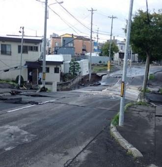 北海道札幌市では、9月6日未明に発生した最大震度6弱の地震により、数ヘクタールの範囲にわたって道路の沈下や激しい損傷、公園や宅地が2mも沈下するなどの被害が発生しました。また、全道域での停電に加え、水道の幹線の破損により広範囲で断水が発生しました。 被災された市民の皆様は、その惨状を目の当たりにし生活の再建に不安を感じておられます。  札幌市は、一日も早く被害を回復させ市民の生活を取り戻せるよう一丸となって取り組んでまいりますので、皆様のご支援、何卒よろしくお願い申し上げます。