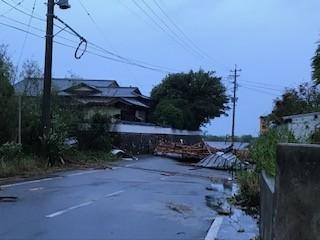 全壊、半壊、一部損壊の家屋が多数あり、現在被害状況を調査中です。