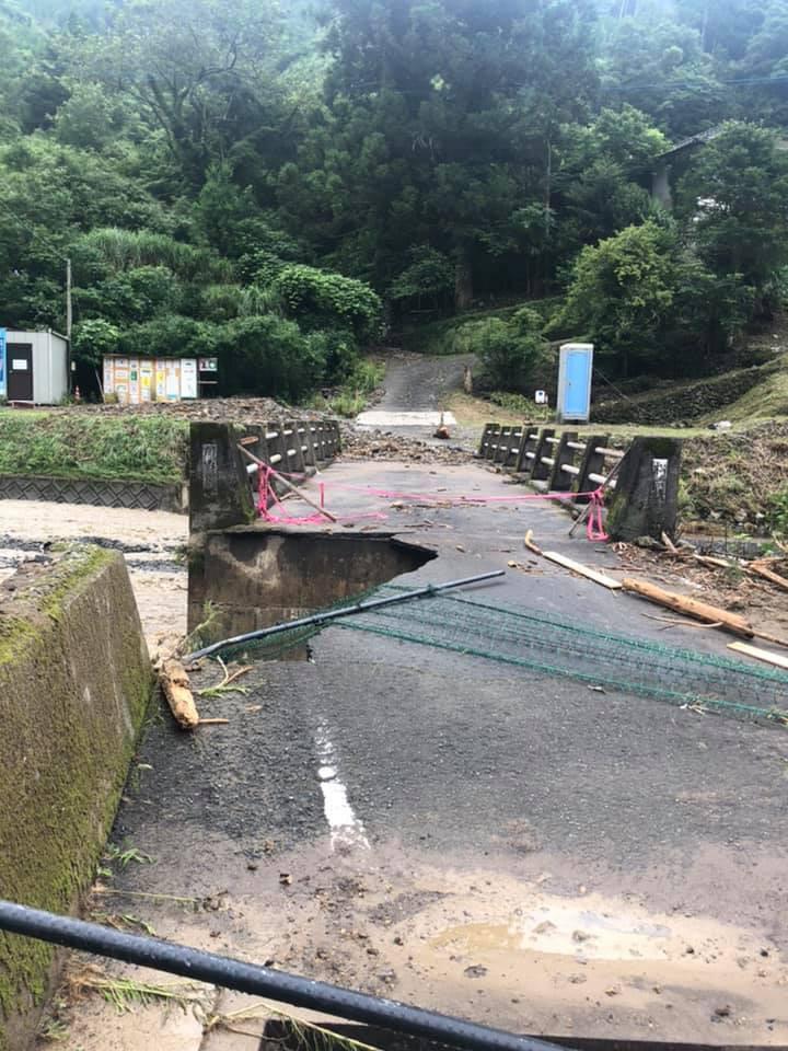 球磨村内のほとんどの橋が崩落し、通行が両断されております