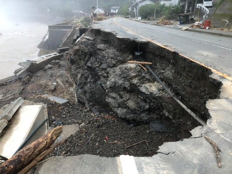 濁流により道路が陥没した国道219号線