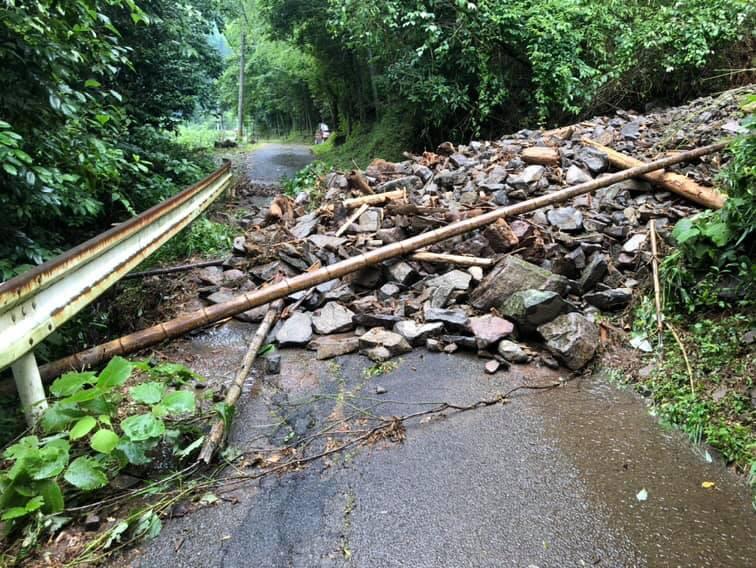 土砂崩れにより封鎖されている村内の道