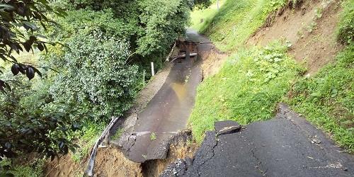 崩落した道路