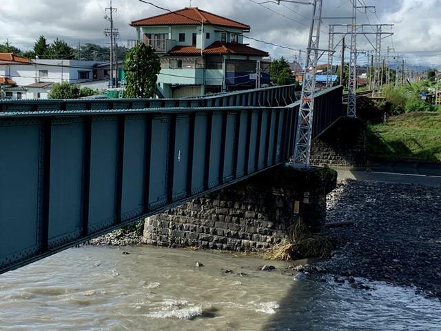 豪雨の影響により天竜川が増水し、辰野駅と宮木駅を結ぶ飯田線の橋脚が曲がってしましました。飯田線の終点にあたる辰野駅はJR東日本の中央線につづく分岐点にあたり、伊那方面から諏訪・岡谷方面や小野・塩尻方面への接続駅になります。伊那方面から諏訪・松本方面へ、諏訪・松本方面から伊那方面へ、多くの学生や一般のお客様が利用するのですが全方向ともに災害が起こり利用ができなくなっています。近隣の学校は明日から始まる学校も多く、代替え輸送の検討がすすめられています。全面復旧にはかなりの時間がかかるようです。