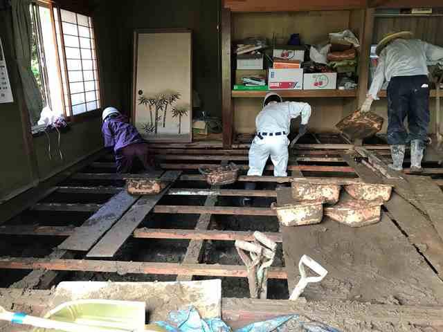 20日の朝、辰野町では久しぶりにセミの大合唱が聞こえ川は濁流のままですが中洲にはサギの姿が見えました。災害ボランティアの活動もはじまり町内各地に派遣されたボランティアや職員の方々は、暑いなか泥まみれになりながら作業をしています。川からの泥は水分を含み重くて運ぶのが大変で、ぬかるんだ足元に作業は遅々として進みませんが、力を合わせて頑張っています。 高速道路は昨夜、対面通行で開通しました。今日から始業式を迎える中学校では、電車を利用している生徒向けにスクールバスが運行されました。26日にはJRの辰野~岡谷間は開通予定となりましたが、伊那・塩尻方面への復旧は時間がかかる見通しです。 通行止めの道路があり迂回しなければならない地区がありますが、復旧に向けて頑張っています。