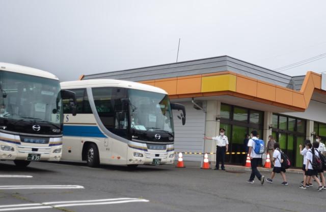 25日水曜日 昨晩も雨が降り、お日様が恋しい辰野町です。夏休みが終わった高校もあり、朝夕の代行バスに多くの学生が乗り込みます。登校時間の間は5分から10分おきにバスがでて、不通の伊那新町駅~岡谷駅間を往復しております。コロナの影響でバスの定員を抑えていることもあり、多くのバスが運行しています。JRの駅員さんや、バス会社の方、役場職員などが誘導に立ち、安全運行に努めています。 災害に遭い当たり前の日々が、いかに貴重であったかを日々感じています。被害にあった方々には寄り添う気持ちで応援していきたいと思います。