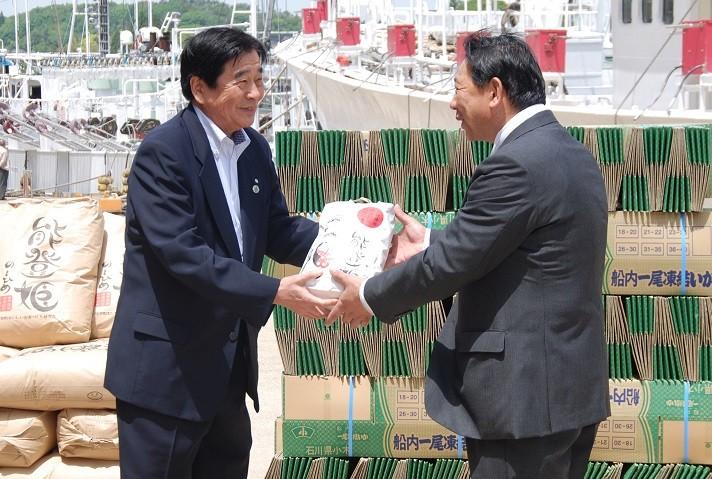 【最新情報】イカ釣り船団へ支援品が贈呈されました!