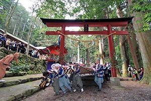 ①神渕神社で和装(十二単など)での神前結婚式(9月)