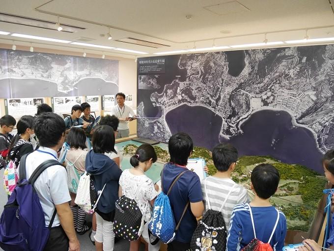 長島愛生園 歴史館で学習する子どもたち