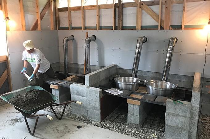 竈方集落で行われていた伝統製法で塩をつくり販売します。