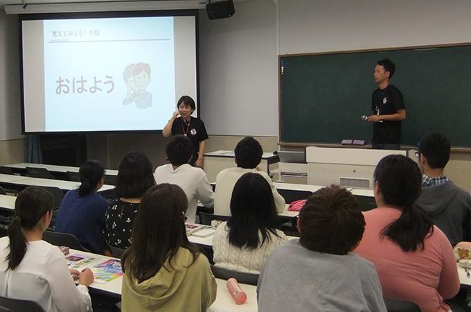 研修会や小学校への出前授業を行います