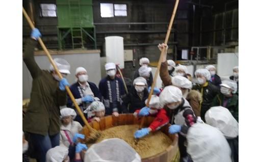 畑から蔵へ大豆の旅 収穫と醤油仕込みの見学ツアー