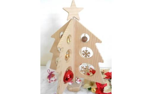 木製のクリスマスツリーで、少し大人な雰囲気を演出