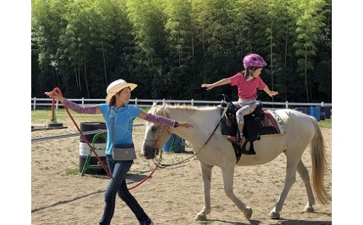 山の牧場でゆったりと乗馬体験をお楽しみください。