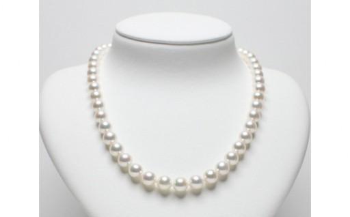 アコヤ真珠特有の色彩と光沢が綺麗なネックレス。