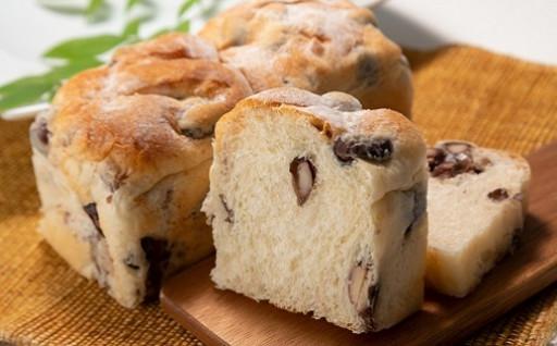 ふわふわ生地と丹波黒豆を贅沢使用の絶品・黒豆パン