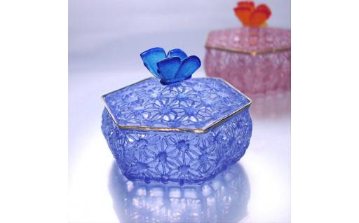 涼しげな青いガラスの小物入れ