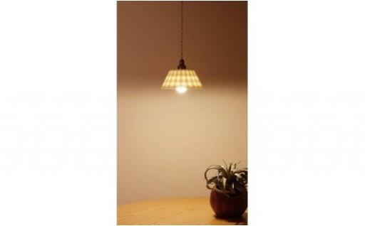 明かりに浮かぶ格子柄が柔らかなランプシェード