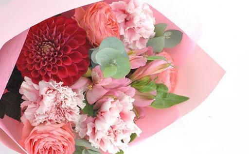 カーネーションを中心に季節のお花を束ねたブーケ