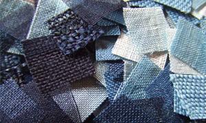 藍染めの一番の魅力は、やはりその色そのもの。 瓶(かめ)を覗いたときのように薄い色である「甕覗き」(かめのぞき)から始まって、「薄藍」(うすあい)、「浅葱色」(あさぎいろ)、「縹色」(はなだいろ)、「藍色」(あいいろ)、「勝色」(かちいろ)、「留紺」(とめこん)など、藍の色を表す様々な名称のとおり、多様な色彩美が染め出されることにあります。