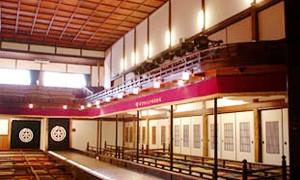 昭和6年(1931年)に開場し、以来営業を続ける全国でも数少ない木造の芝居小屋「嘉穂(かほ)劇場」。木造では最大規模で1200人を収容することができ、枡席や花道、廻り舞台、迫りを備える国の有形文化財で近代化産業遺産にも認定されています。公演のないときは劇場内を見学することができます。