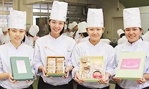 江戸時代、唯一外国との窓口であった長崎出島に初めて砂糖が輸入され、長崎街道を通り京や江戸へと運ばれていきました。そんな歴史をもつこの街道は「シュガーロード(砂糖の道)」とも呼ばれ、砂糖が手に入りやすかった街道筋ではお菓子の生産が盛んになり、今なおその技術と味は受け継がれています。