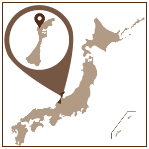 石川県北部に位置する輪島市。日本海に大きく突き出した輪島市は、古くから港町として知られ交易がさかんに行われてきました。 この地で生まれた日本の代表的な伝統工芸品が、輪島塗です。 堅牢なつくりで、人々の暮らしの道具として愛されてきた輪島塗も、海路を利用して販路を拡大し、日本各地で使用されていました。