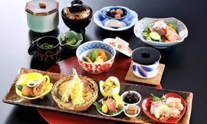和食処日本海でもごゆっくりと食事をお楽しみいただけます。真心込めた旬の食材でおもてなし。  【内容】和食処 日本海「華御膳」2名様