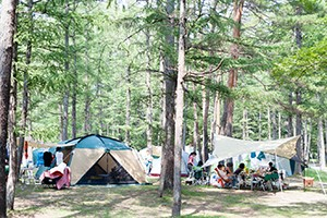白馬盆地のほぼ真ん中にあるレジャー施設。いかだ遊び、フィールドアスレチックの他、キャンプ場、テニスコート、マレットゴルフ、釣り堀、食堂などの施設が充実。  白馬の大パノラマをみながらゆっくりと過ごせるロケーション抜群のキャンプ場では、設営済みのテントやシュラフなどキャンプに必要な道具を一式貸し出してくれるレンタルセットもあるので、初心者でも安心して楽しむことができます。