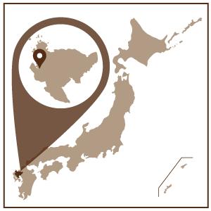 佐賀県伊万里市は九州の北西部に位置し、天然の良港伊万里湾を抱く人口約6万人のまち。  世界の至宝として妥協を許さない精緻な造形と優雅な作風から近世陶磁器の最高峰とされる「鍋島」。秘窯の里として知られる大川内山の窯元では、その高度な技法を受け継ぎ、新たな技法取り入れ350有余年の歴史を現代に伝えています。 また、「古伊万里」の積出港として栄えた伊万里津(現在の中心市街地)には、白壁土蔵が残っており、「古伊万里文化」の香りが漂う焼き物を随所で見る事ができ、往時の面影がしのばれます。