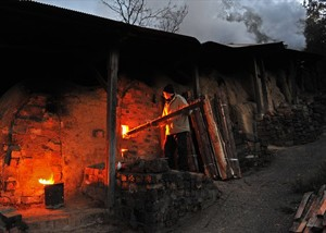 最盛期には数十件の窯元があった大谷村ですが、藍甕の需要が減っていくに連れその数を減らし、現存する窯元は7軒のみとなっているそうです。 毎年11月には東林院境内で窯元合同の陶器市・大谷焼窯まつりが開催されています。