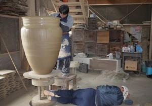 大きな甕を作る時には、「寝ろくろ」という一人が作業台の下に寝転び、足でろくろを回す二人がかりで行う珍しい方法がとられ、身の丈ほどもある陶器は大きな登り窯で焼き上げられます。