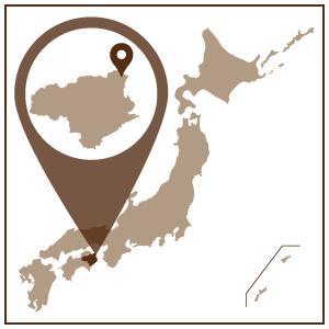 徳島県の北東端に位置し、鳴門海峡の西側に位置する鳴門市。 その昔、阿波の国と呼ばれていた徳島県では、徳島藩の保護奨励を受けた 藍染がさかんにおこなわれていました。 この藍染に欠かせない道具であったのが、藍甕と呼ばれる大谷焼の大きな甕でした。