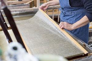その起源は約400年前と言われる深山和紙。 古くは上杉藩の御用紙としても用いられ、第9代藩主上杉鷹山が原材料となる楮の栽培を激励したことから、長く厳しい冬場の家内工業製品として、深山地区の人々の暮らしを支えてきました。 最盛期には地区内の100戸のうち半数が和紙作りに従事していたと言います。  西洋紙の普及などの理由から、昭和40年代には多くの家庭から姿を消してしまいましたが、代々受け継がれてきた古くからの技法が守られていることから、山形指定無形文化財に指定されています。