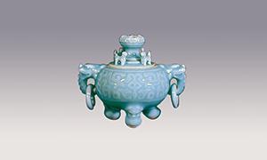大川内山から算出する青磁原石を用い、何度も青磁釉をかけて焼き、艶やかで神秘的な、独特の色合いが醸し出されます。