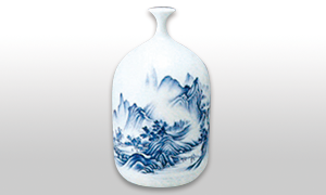 透明感のある白磁に藍一色の染付を施します。この染付に使う呉須の色が特徴で、凛とした美しさが醸し出されています。