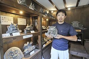 塚越久義さん。 鬼瓦の魅力に魅せられた塚越さんは、5年間、近くの小川町で修業を積み、故郷である深谷市に鬼瓦工房「鬼義」を構えました。 これまでに数多くの寺社の鬼瓦、城のしゃちほこなどの制作に精魂を傾けてきました。  県伝統工芸士として伝統の技を受け継ぐとともに、近年は日本の瓦の良さを伝えるため、表札や置物、記念瓦など新しいものづくりにも挑戦しています。