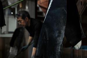 古庄藍染處(古庄染工場)で、阿波藍染めの見学や体験(要予約)をすることができます。 自然素材のみ。「天然灰汁発酵建て本藍染」で特別な体験を。  【料金】見学無料、体験一人1000円~ 【所在地】徳島市佐古七番町9-12 (徳島市営バス「佐古七番町」より徒歩約3分、JR徳島駅より車で約15分) 【TEL】088-622-3028 【営業時間】9:30~15:00 【定休日】日曜日、祝日、お盆期間 ※藍染体験は、前日までに電話にて要予約となります。 ※一度に1~8名までの体験で、所要時間は約60分となります。