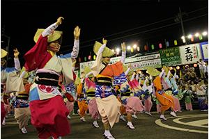 徳島県発祥の「阿波踊り」は、日本三大盆踊りのひとつで約400年の歴史のある日本の伝統芸能。鳴門市でも、毎年8月9日~11日の三日間、盛大に「鳴門市阿波おどり」が繰り広げられます。 阿波踊りの練習時の鳴り物の音が聞こえると、夏の訪れを感じます。