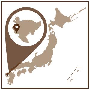 今から約400年前の1616年、朝鮮からの陶工李参平公が有田の泉山で磁器の原料の石を発見して、初めて磁器の焼成に成功しました。その後、国内はもとより世界中で壮大なドラマが展開されました。有田焼は17世紀中ごろから盛んに海外へ輸出され、遠くヨーロッパの名窯マイセンなどにも大きな影響を与えました。 粘土から作られる陶器に対して、磁器の原料は陶石を砕いた粉。工程のなかで1300℃という高温で焼成され、ガラス質が溶けて固まるため、陶器に比べて独特の美しい光沢と、元の石に近い強度が生まれます。