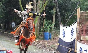 みやき町の白石神社で10月7日、9回目の「時代まつり」で、流鏑馬(やぶさめ)が奉納されます。  騎乗したのはみやき町の流鏑馬の活動団体「葉隠神正流」で、7月に2代目を継いだ貞松幹彦さんら2人。境内に設けられた約150メートルのコースを1人ずつ疾走し、見事に的を射抜くと、詰めかけた大勢の参拝客から大きな拍手が送られます。  白石神社は、江戸時代初期の佐賀藩家老で治水土木事業に腕を振るった成富兵庫茂安をまつっている。その功績を顕彰しようと地元住民らで保存会を結成。2009年から時代まつりを開いており、流鏑馬のほか、特設舞台での歌や踊りでもにぎわいます。