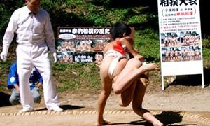 小学生の部4年6年の8名と青年の部8チームにより白熱した熱戦が繰り広げられる奉納相撲。見ごたえのある取り組みで観光客や参拝者を沸かせます。