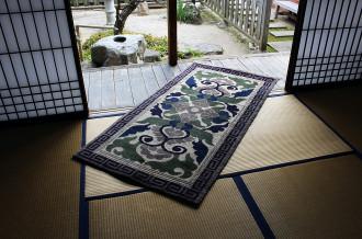伝統的な技術・技法を引き継ぐ佐賀の工芸品の数々。鍋島緞通、佐賀錦、諸富家具は佐賀県指定伝統的地場産品の指定を受けております。