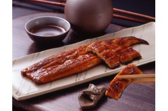 鰻の蒲焼と、箸で持ち上げている一切れ