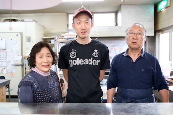 藤原鮮魚店 三代目ご夫妻と四代目の藤原丈夫さん。