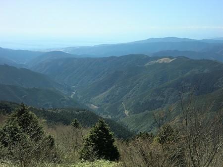 村を囲む山々。