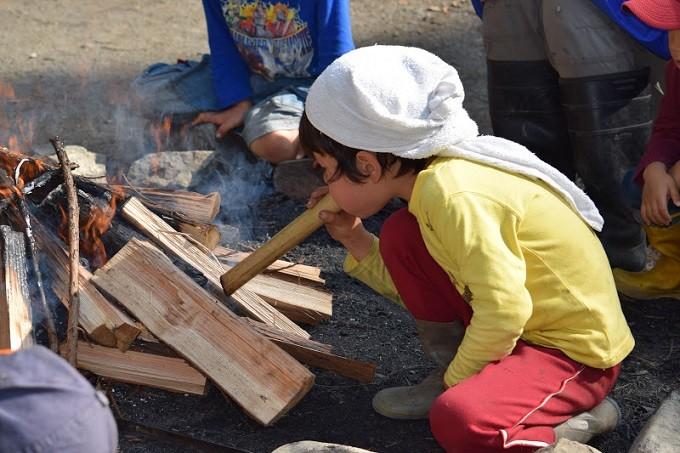 クッキングは、火を起こすのも子供たちで。自ら作る楽しさを学びます。